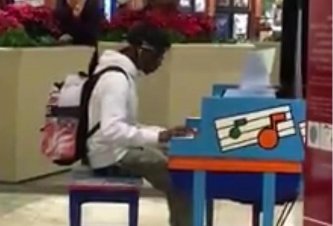 Un garçon ennuyé s'assoit sur le sol… Quand il commence à jouer, la foule l'adore.