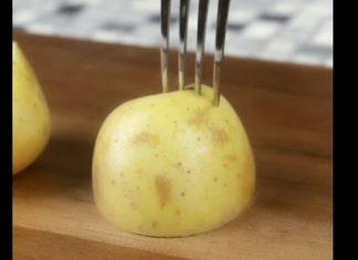 Il embroche une demi-pomme de terre avec une fourchette: Voici une astuce utile pour le barbecue! │ MiniBuzz