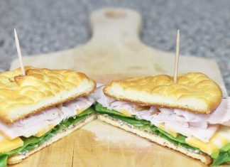 Avec seulement 4 ingrédients, elle prépare un sandwich sans glucides fait maison... A essayer!