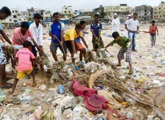 En Inde, 1 500 volontaires nettoient la plage la plus sale du monde