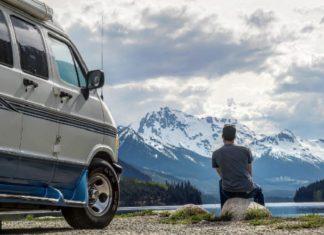 Au Canada, un jeune homme vit une vie minimaliste dans un van. │ MiniBuzz