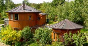 Dans ce village écologique, des maisons en fûts de whisky !│MiniBuzz
