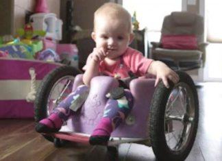 Un papa inquiet fabrique une chaise roulante sur mesure pour sa fille d'un an
