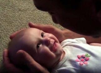 Le papa chante à son bébé qu'elle est belle. Maintenant, essayez de ne pas verser une larme en voyant ce que le bébé va faire.