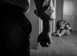 Les parents tuent leur fils de 7 ans, ce que le docteur trouve dans sa main m'a brisé le cœur │MiniBuzz