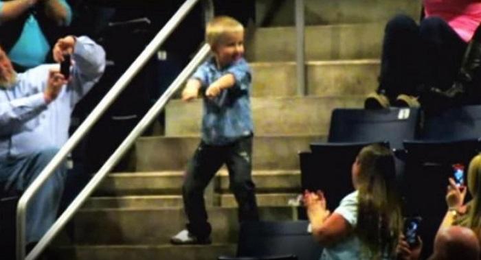 En plein concert, un garçon se lève et se met à danser. Quelques secondes plus tard, il vole le spectacle!