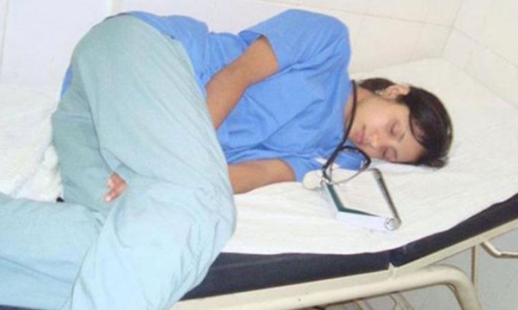 Il surprend une infirmière endormie et publie sa photo sur Facebook! Mais la suite est inattendue!