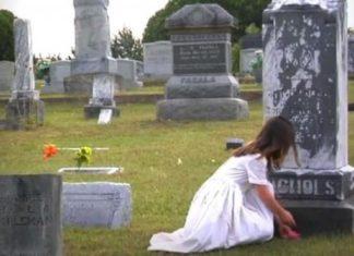 Cette fillette s'approche d'une pierre tombale, lorsqu'elle se retourne, j'en ai des frissons!