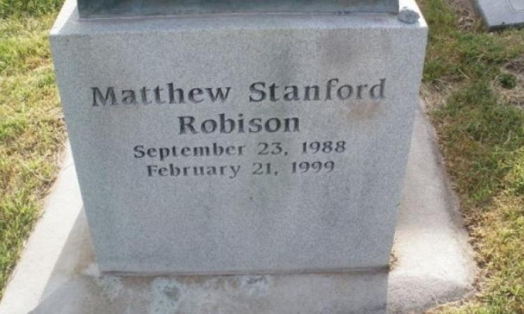 Un garçon de 10 ans meurt dans son sommeil, ce que son papa fait à sa tombe est indescriptible!