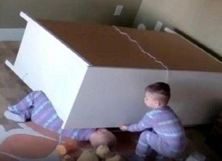 Incroyable ! Un bambin sauve son jumeau alors qu'il est coincé sous une commode ! │ MiniBuzz