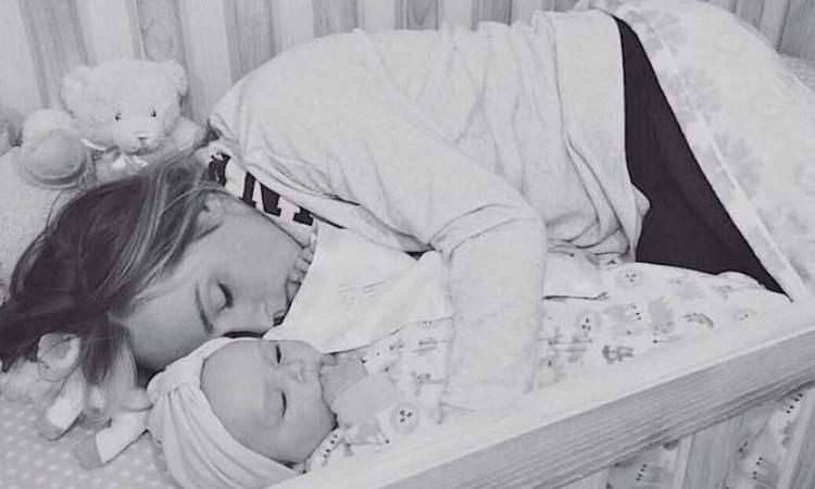 Il découvre sa femme couchée dans le lit à bébé, en regardant de plus près, il réalise pourquoi elle fait ça!