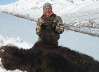 L'homme pose fièrement à côté de l'ours qu'il vient de tuer en hibernation. Mais la suite est encore plus révoltante...