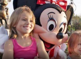 2 sœurs prennent une photo avec Minnie, mais gardez un œil sur les mains de Minnie! │ MiniBuzz
