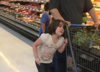 Un père surpris en flagrant délit en train de tirer les cheveux de sa fille dans un magasin! │ MiniBuzz