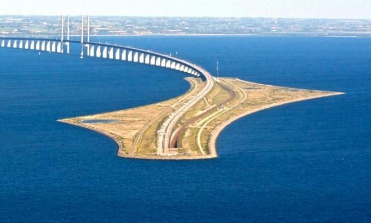 """Cet incroyable pont """"plonge"""" dans l'eau entre le Danemark et la Suède!"""