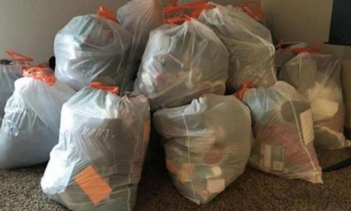 Sa fille refuse de ranger sa chambre, alors la mère emballe toutes ses choses dans des sacs à ordures!