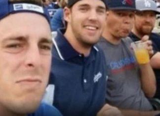 4 jeunes hommes envoient cette photo à leurs mamans, mais le selfie qu'ils reçoivent en retour est 1000 fois mieux! │MiniBuzz