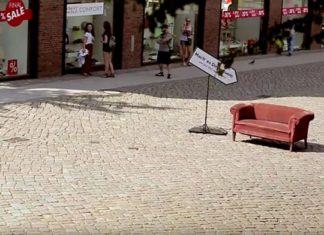 Qui osera s'asseoir dans ce canapé à Hambourg ? Une belle expérience.
