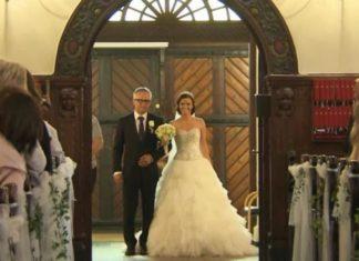 La mariée descend l'allée avec son père, mais regardez bien ce qu'elle tient dans la main gauche! │MiniBuzz