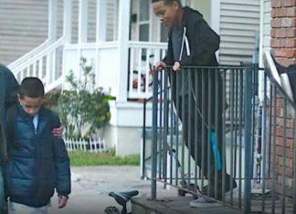 Le papa protège son fils des truands du quartier, regardez ce qu'il cache sous son manteau! │ MiniBuzz