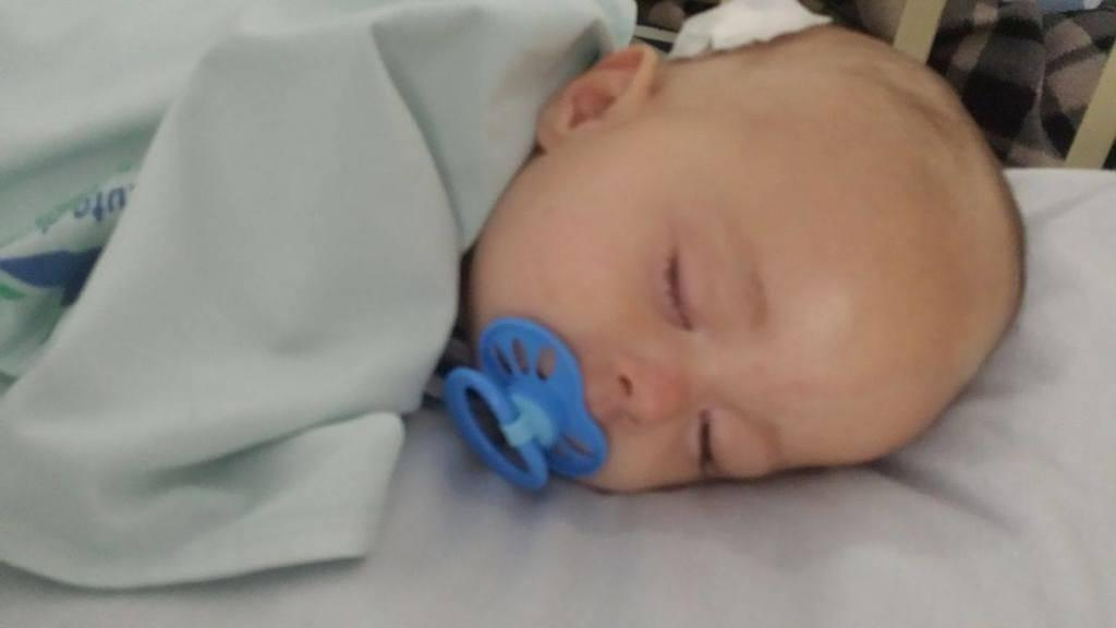 Quand les médecins sortent ce bébé du ventre de sa mère, ils sont stupéfaits!